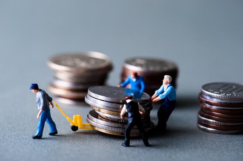 お金を運搬するミニチュア